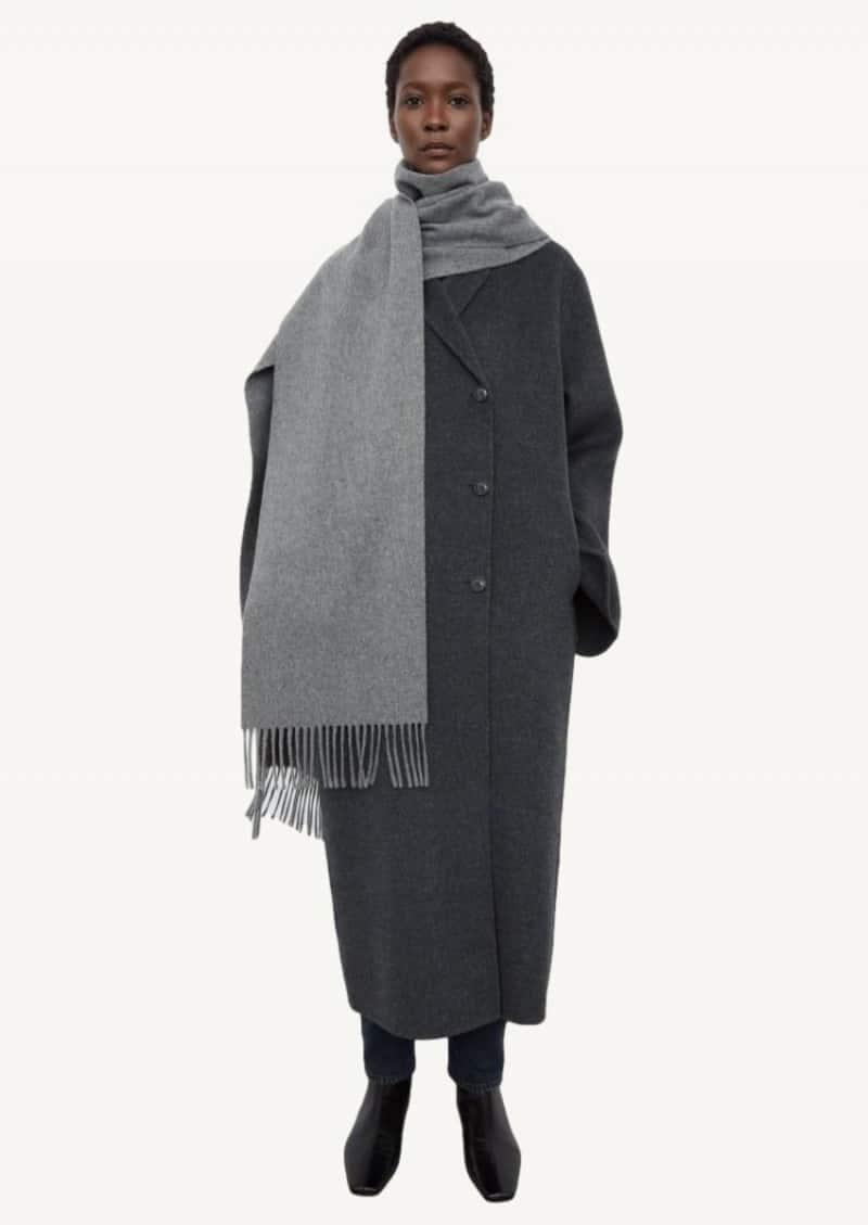 Longue écharpe grise
