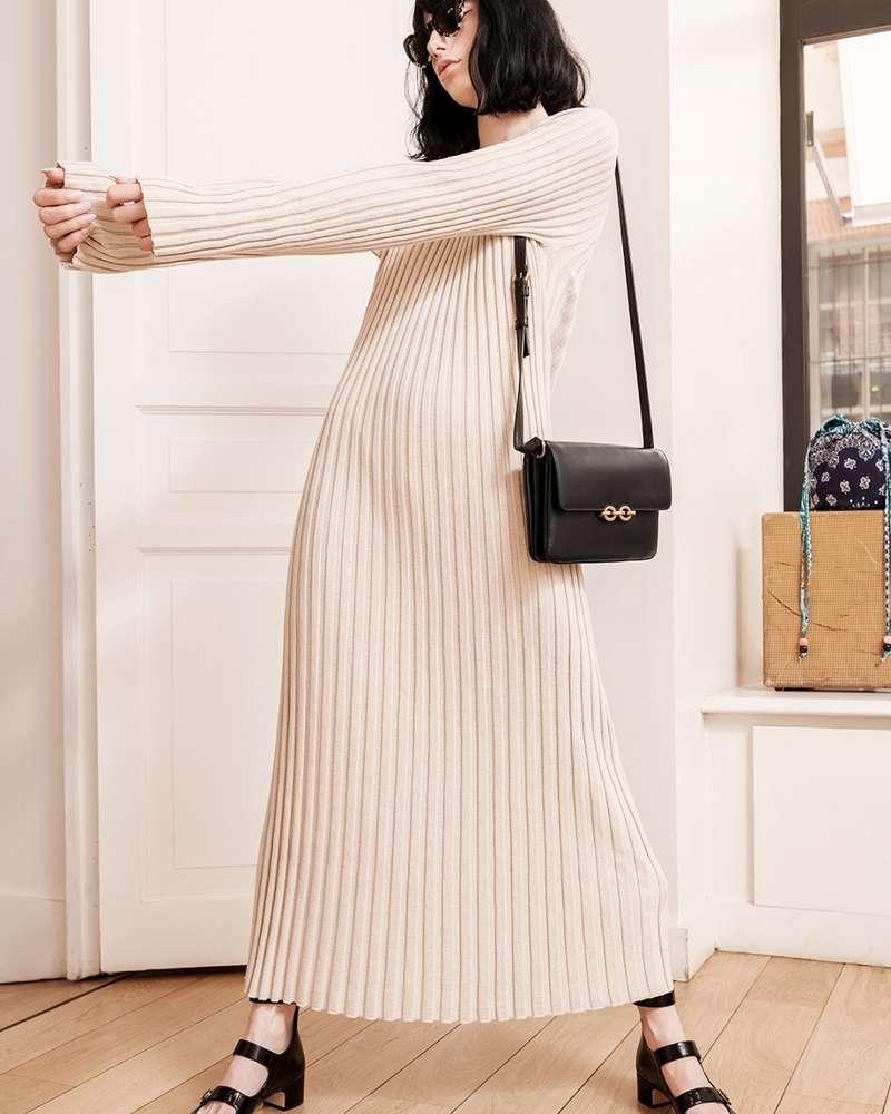 Parlons de la petite robe en maille ... Encore une pièce incontournable de notre dressing ! J'adore celle de Loulou Studio, que je peux porter en toute saison ! Cet été, j'ai adoré la porter avec mes sandales K-Jacques pour un look assez décontracté. Sam, elle, a décidé de l'accompagner de babies Dior et d'un sac Saint Laurent Paris pour une version plus habillée. Et vous comment la porteriez vous ?  Contactez-nous via message privé pour plus de détails ! ⠀ #departementfeminin #louloustudio #saintlaurentparis