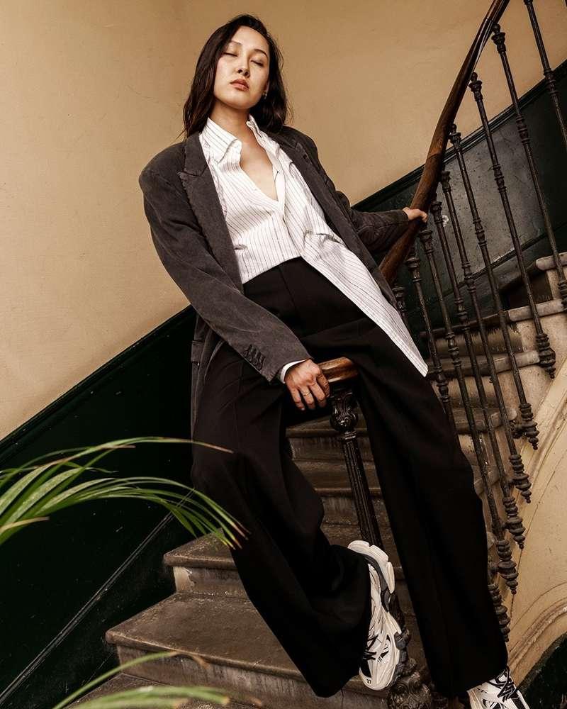 Bermet, notre mannequin, porte ici tout ce qui m'inspire en ce moment :  Une veste masculine, mais un peu déglinguée, associée à une chemise à rayures signature et à un pantalon noir baggy.  Voilà comment revisiter ces essentiels avec panache !  - Carole (@carolebenazetdf_)  #departementfeminin #balenciaga