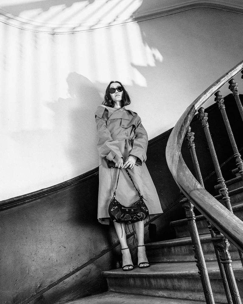 Le trench beige est la pièce parfaite pour aborder l'automne, mais il peut parfois être un peu conventionnel. Ici, Bermet, notre mannequin, le porte comme une robe avec le sac Cagole au bout des doigts ...  - Carole (@carolebenazetdf_)  #departementfeminin #balenciaga