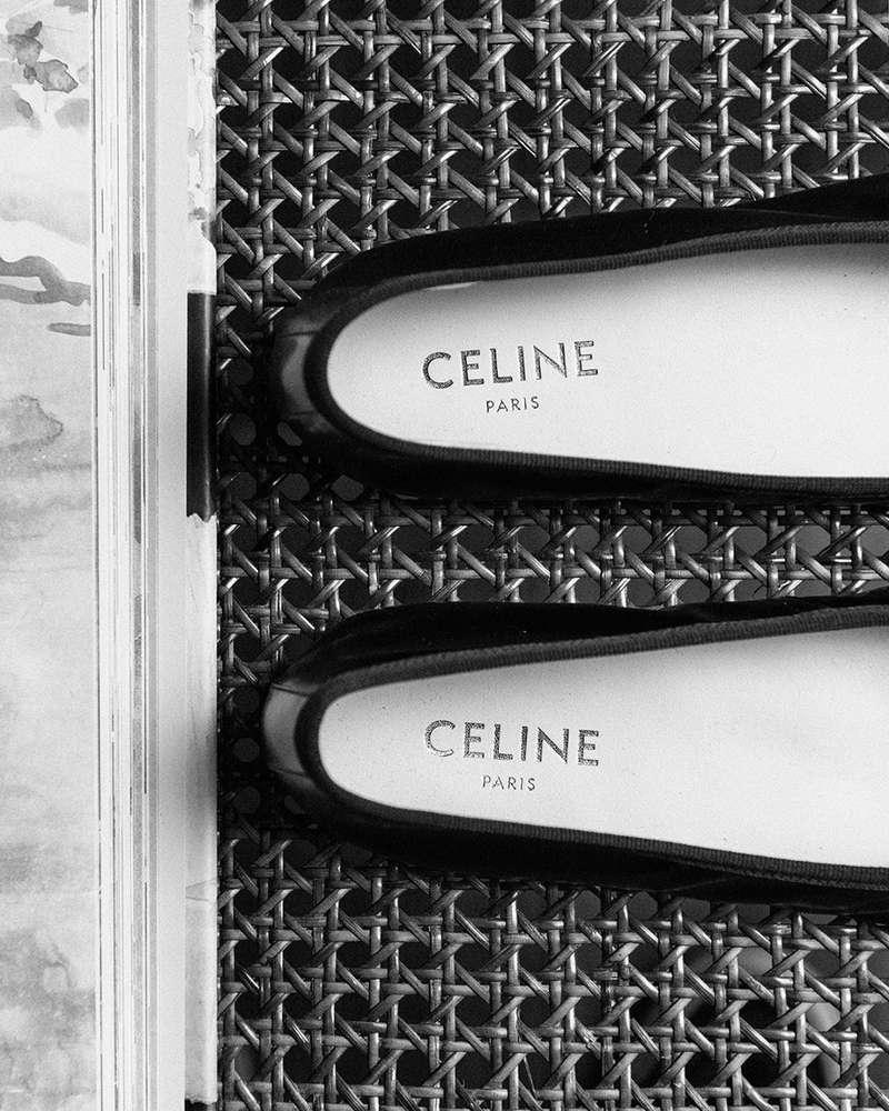 Hedi Slimane au moment de son arrivée chez Celine en 2018 a opéré un virage stylistique radical afin de poser un nouveau vocabulaire pour cette maison jusque-là incarnée par Phoebe Philo. Nous sommes aujourd'hui nombreuses à être conquises par ce vestiaire au chic très français qui correspond parfaitement à mon propos chez Département Féminin. Cette ballerine noire à lacets en agneau est un parfait exemple de ces standards un peu oubliés et devenus si désirables ….  @carolebenazetdf_  #departementfeminin #celine #hedislimane