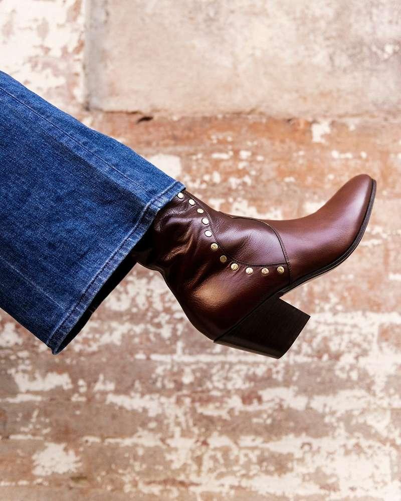 Je dois avouer que la santiag n'est pas mon modèle de chaussures préféré, pourtant, j'adore celles de chez CELINE. Depuis que j'ai eu l'occasion de les essayer pour un shooting, je suis tombée amoureuse ! Le cuir est très souple, le bout légèrement arrondi et surtout, elles épousent parfaitement la forme du pied. En plus le bordeaux se marie à merveille avec toute ma garde-robe d'hiver ! Elles m'ont définitivement fait changer d'avis sur les santiags et j'envisage d'investir sur ce nouveau modèle…  - Stéphanie (@stephanie_padiou)  #departementfeminin #celine #santiags