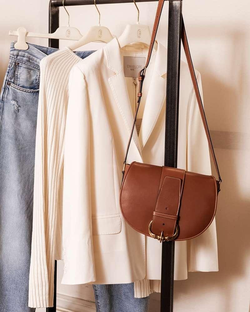 Chez Département Féminin, nous aimons suggérer autour d'un élément de votre vestiaire plusieurs propositions.  Ici, la veste blanche, associée à un jean @acnestudios et un pull de coton @louloustudio_paris car j'aime beaucoup la porter ainsi.  Mais elle pourra aussi illuminer une tenue plus formelle, posée, par exemple sur vos épaules ... @carolebenazetdf_